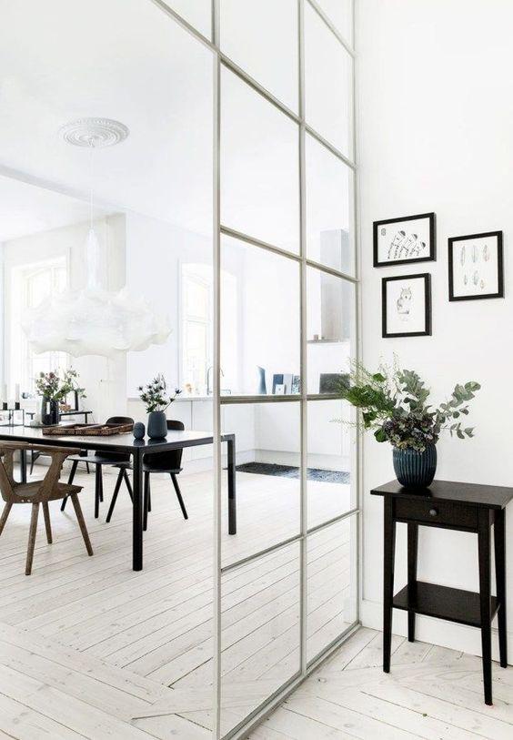 szklane drzwi z białymi szprosami