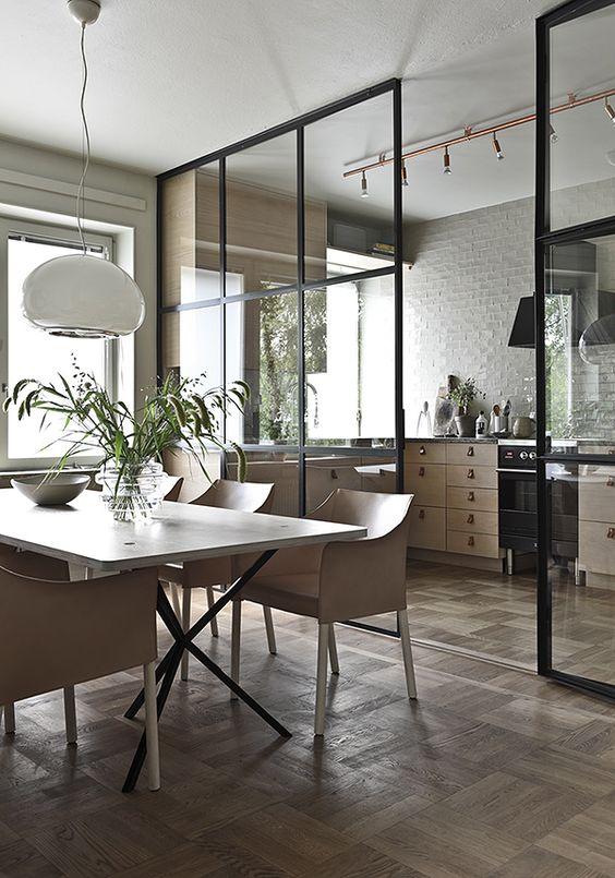 szklane drzwi ze szprosami w kuchni