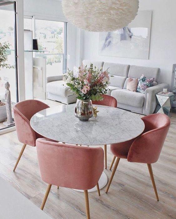krzesła w kolorze róż flamingo