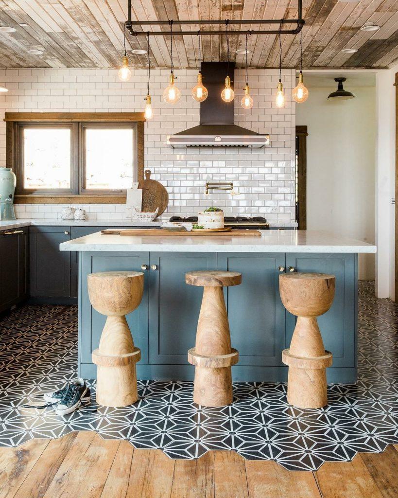drewniane krzesła w kuchni