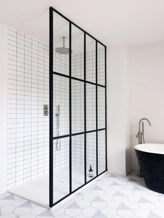 szklane drzwi ze szprosami w łazience