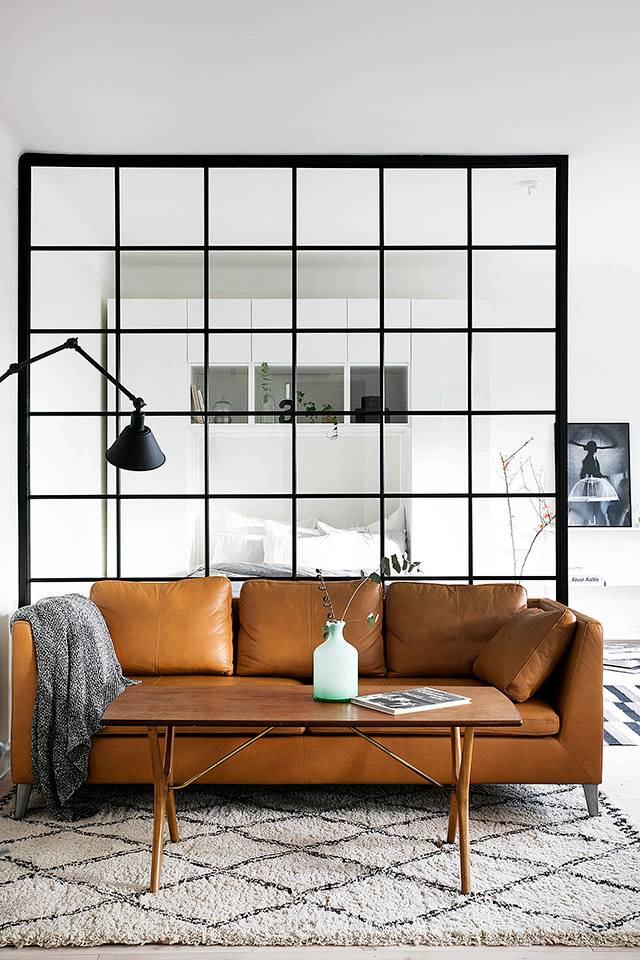 szkło i metalowe szprosy w pokoju dziennym
