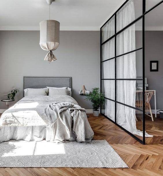 drzwi ze szprosami w sypialni